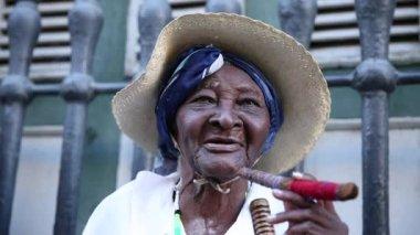 Cuban woman smoking cigar in Havana, Cuba — Stock Video