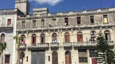 Balconies with laundry in the center of the old city of Havana, Cuba — Stock Video