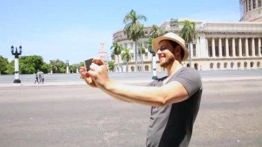 Tourist taking a self photo in Havana, Cuba — Stock Video