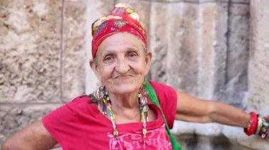 Funny Cuban woman in Havana, Cuba — Stock Video