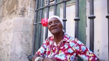 Cute cuban smoking cigar in Havana, Cuba — Stock Video