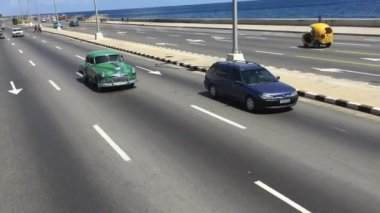 Old cars on Malecon avenue — Stock Video