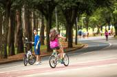 People enjoy a hot day in Ibirapuera Park in Sao Paulo, Brazil. — Stock Photo