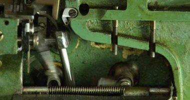 ビンテージ グリーンかがり縫いミシン作業. — ストックビデオ