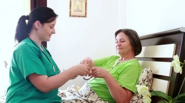 Home caregiver giving medicine to senior woman — Stock Video
