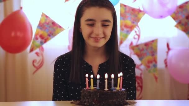 Niña, soplar velas en la tarta de cumpleaños — Vídeo de stock