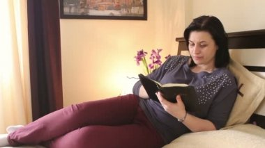 Christian woman reading the Holy Bible — Stock Video