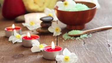 Close-up of spa salt scrub, massage oil and candles — Stockvideo