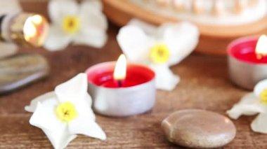 Spa still life of rocks, bath salt, massage oil and flowers — Stock Video