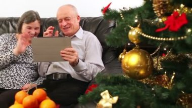 Seniors couple using tablet computer talking with video chat — Stock Video
