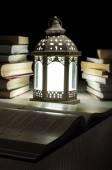 читать поздно ночью — Стоковое фото