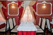 Café bord i röda inre — Stockfoto