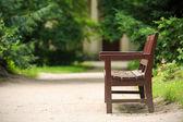 Drewniane ławki w parku w summer.park arkadia, nieborow. — Zdjęcie stockowe