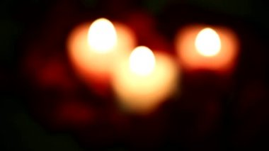 Valentine's Day red roses and candles.Variable focus — ストックビデオ