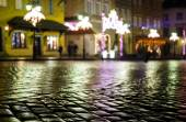 Wet pavement and festively bedecked in Warsaw old town at night — Stock Photo