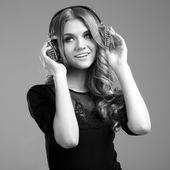 Müzik güzel gülümseyen kadın — Stok fotoğraf