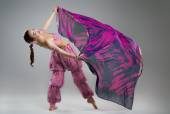 Schöne junge Frau in ethnische Kleidung im studio — Stockfoto