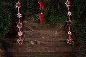 Oude planken versierd met takjes kerstboom en decorations — Stockfoto