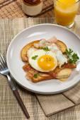 Desayuno a la francesa. Bocadillo de huevos fritos. — Foto de Stock