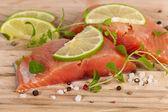Salmão fresco com especiarias — Fotografia Stock