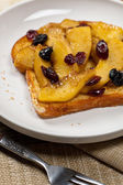 Toast with caramelized apples and dried cranberries — 图库照片