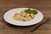 Tortellini med basilika gräddsås — Stockfoto
