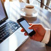 Empresario con smartphone — Foto de Stock