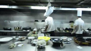 议案的餐厅厨房的厨师 — 图库视频影像