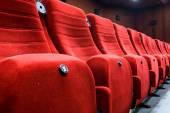 赤いシートと空の映画館 — ストック写真