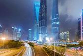 Lehké sjezdovky na pozadí moderní budova v šanghaji c — Stock fotografie