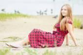 Retrato de una bella mujer joven con pelo largo y castaño en la muchacha de la naturaleza es relajante en la playa cerca de la laguna — Foto de Stock