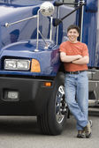 Man standing next to truck — Stock Photo