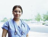 Dottore femminile all'aperto — Foto Stock