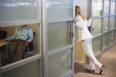 两个女同事在办公室谈 — 图库照片