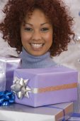 African woman holding Christmas gifts — Stock Photo