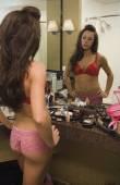 Semi-naakt latino vrouw in badkamerspiegel kijken — Stockfoto