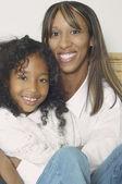 非洲裔美国母亲和女儿笑 — 图库照片