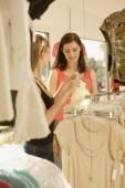 Två kvinnor shopping på klädaffär — Stockfoto