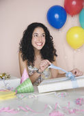 Young woman opening birthday present — Foto de Stock