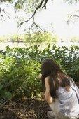 Hispanic girl looking at plants — Stock Photo