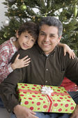 Hispanic father and son on Christmas — Stock Photo