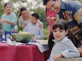 Chica joven sonriendo a la cámara en un asado — Foto de Stock