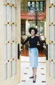 Woman in doorway to house — Stock Photo