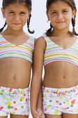 Sorelle ispaniche indossando costumi da bagno corrispondente — Foto Stock
