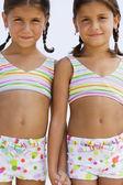 Hispanic sisters wearing matching bathing suits — Stock Photo