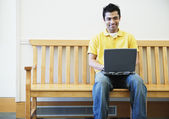 Homem trabalhando no laptop — Foto Stock