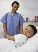 Asian boy smiling with male nurse in hospital — Fotografia Stock