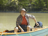 Hispanic man smiling in small boat — Stockfoto