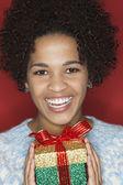 Junge Frau Holding Geschenk — Stockfoto