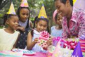 Africká dívka obdrží dárek na narozeniny — Stock fotografie